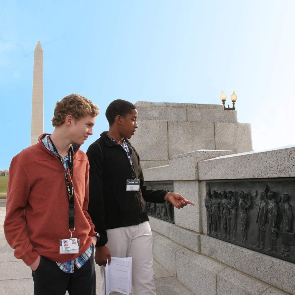 Students WWII memorial Washington monument